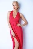 Πανέμορφη ξανθή προκλητική τοποθέτηση γυναικών στο ρόδινο φόρεμα Στοκ Φωτογραφία