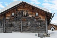 Πανέμορφη παλαιά να κάνει σκι καλύβα Στοκ φωτογραφία με δικαίωμα ελεύθερης χρήσης