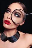 Πανέμορφη προκλητική γυναίκα με τη σκοτεινή τρίχα και το φωτεινό makeup Στοκ Φωτογραφίες