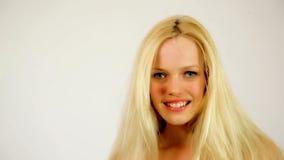 Πανέμορφη προκλητική γυναίκα που παρουσιάζει λαμπρή υγιή τρίχα, στούντιο απόθεμα βίντεο