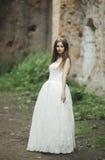 Πανέμορφη ρομαντική ευγενής μοντέρνη όμορφη καυκάσια νύφη στο αρχαίο μπαρόκ κάστρο υποβάθρου Στοκ εικόνα με δικαίωμα ελεύθερης χρήσης