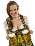 Πανέμορφη σερβιτόρα Oktoberfest με την μπύρα Στοκ Εικόνες