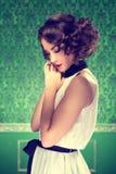 Πανέμορφη τονισμένη τρύγος εικόνα γυναικών στο αναδρομικό δωμάτιο στοκ φωτογραφίες
