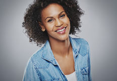 Πανέμορφη χαμογελώντας γυναίκα στο μπλε τζιν στοκ φωτογραφίες με δικαίωμα ελεύθερης χρήσης