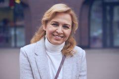 Πανέμορφη ώριμη γυναίκα που χαμογελά στη κάμερα Στοκ Εικόνες