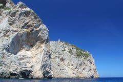 Πανέμορφος απότομος βράχος στη Μεσόγειο με το φάρο στην κορυφή Τυρκουάζ θαλάσσιο νερό και μπλε ουρανός Ισπανία Palma de Majorka Στοκ Εικόνες