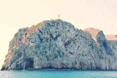 Πανέμορφος απότομος βράχος στη Μεσόγειο με το φάρο στην κορυφή Τυρκουάζ θαλάσσιο νερό και μπλε ουρανός Ισπανία Palma de Majorka Στοκ φωτογραφία με δικαίωμα ελεύθερης χρήσης