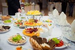 Πανέμορφος γαμήλιος πίνακας που εξυπηρετείται με τα φρούτα και τις σαλάτες Στοκ φωτογραφία με δικαίωμα ελεύθερης χρήσης