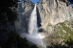 Πανέμορφος θερινός πλήρης-ρέοντας καταρράκτης στο εθνικό πάρκο Yosemite, ΗΠΑ στοκ φωτογραφία