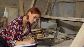 Πανέμορφος θηλυκός ξυλουργός που χαμογελά στη κάμερα στο εργαστήριό της στοκ φωτογραφία