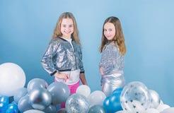 Πανέμορφος και όμορφος Μικρά πρότυπα μόδας Μοντέρνα παιδιά στον ιματισμό μόδας Μικρά κορίτσια με λατρευτό στοκ φωτογραφίες