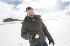 Πανέμορφος νεαρός άνδρας που κοιτάζει υπαίθρια στη χειμερινή εποχή στοκ φωτογραφία με δικαίωμα ελεύθερης χρήσης