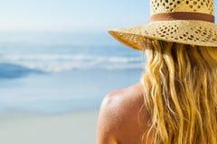 Πανέμορφος ξανθός στο ψαθάκι στην παραλία Στοκ Φωτογραφίες