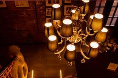 Πανέμορφος πολυέλαιος στη σκοτεινή αίθουσα στοκ φωτογραφίες με δικαίωμα ελεύθερης χρήσης