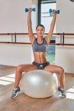 Πανέμορφος το brunette κάνοντας τις ασκήσεις Στοκ φωτογραφία με δικαίωμα ελεύθερης χρήσης
