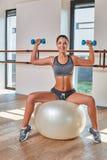 Πανέμορφος το brunette κάνοντας τις ασκήσεις Στοκ φωτογραφίες με δικαίωμα ελεύθερης χρήσης