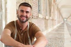 Πανέμορφο αρσενικό που χαμογελά κοντά επάνω στοκ εικόνα με δικαίωμα ελεύθερης χρήσης