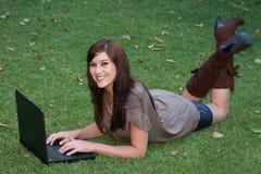 πανέμορφο γυναικείο lap-top υπ Στοκ εικόνες με δικαίωμα ελεύθερης χρήσης