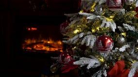 Πανέμορφο διακοσμημένο χριστουγεννιάτικο δέντρο και μια εστία απόθεμα βίντεο