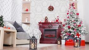 Πανέμορφο δωμάτιο με το χριστουγεννιάτικο δέντρο και την εστία φιλμ μικρού μήκους