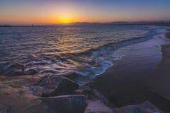 Πανέμορφο ηλιοβασίλεμα στην παραλία φάρων Στοκ Εικόνες