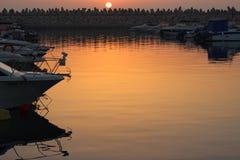 Πανέμορφο ηλιοβασίλεμα πέρα από τη θάλασσα στις βάρκες αποβαθρών Στοκ φωτογραφία με δικαίωμα ελεύθερης χρήσης