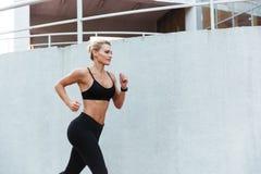 Πανέμορφο ισχυρό νέο τρέξιμο αθλητριών Στοκ Φωτογραφίες