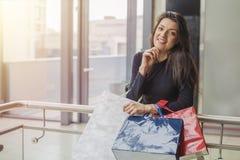 Πανέμορφο κορίτσι με τις τσάντες αγορών στη λεωφόρο αγορών στοκ φωτογραφία με δικαίωμα ελεύθερης χρήσης