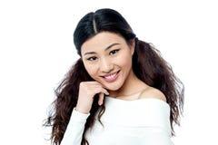 Πανέμορφο νέο κορίτσι στην καθιερώνουσα τη μόδα άσπρη κορυφή Στοκ Φωτογραφίες