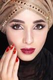 Πανέμορφο νέο πορτρέτο προσώπου ανατολικών γυναικών στο hijab Πρότυπο κορίτσι ομορφιάς με τα φωτεινά φρύδια, τέλεια σύνθεση, σχετ στοκ φωτογραφίες με δικαίωμα ελεύθερης χρήσης