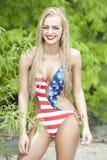 Πανέμορφο ξανθό μαγιό αμερικανικών σημαιών γέλιου φορώντας στοκ εικόνες με δικαίωμα ελεύθερης χρήσης