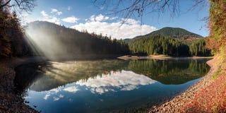 Πανέμορφο ομιχλώδες πρωί στη λίμνη βουνών Στοκ Φωτογραφία
