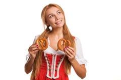 Πανέμορφο προκλητικό κοκκινομάλλες βαυαρικό χαμόγελο γυναικών στοκ εικόνες