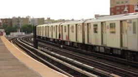 Πανέμορφο σύγχρονο τεράστιο υπόγειο τραίνο μετρό υπογείων χάλυβα που αφήνει το στο κέντρο της πόλης σταθμό γειτονιάς στο σιδηρόδρ απόθεμα βίντεο