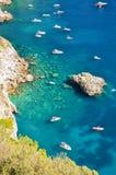 Πανέμορφο τοπίο των διάσημων βράχων faraglioni στο νησί Capri, Ιταλία Στοκ Φωτογραφίες