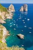 Πανέμορφο τοπίο των διάσημων βράχων faraglioni στο νησί Capri, Ιταλία Στοκ φωτογραφίες με δικαίωμα ελεύθερης χρήσης