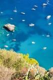 Πανέμορφο τοπίο των διάσημων βράχων faraglioni στο νησί Capri, Ιταλία Στοκ Φωτογραφία