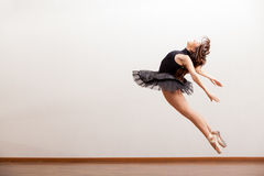 Πανέμορφο ballerina κατά τη διάρκεια ενός άλματος Στοκ εικόνες με δικαίωμα ελεύθερης χρήσης