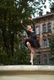 Πανέμορφο ballerina στη μαύρη εξάρτηση που χορεύει στις οδούς πόλεων στοκ φωτογραφίες