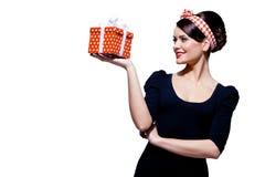 Πανέμορφο brunette με το κιβώτιο δώρων Στοκ εικόνες με δικαίωμα ελεύθερης χρήσης