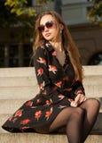 Πανέμορφο brunette μόδας υπαίθρια στοκ εικόνες