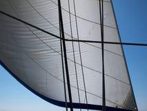 Πανί μιας πλέοντας βάρκας ενάντια στον ουρανό Στοκ Εικόνα