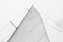 Πανί μιας πλέοντας βάρκας ενάντια στον ουρανό Στοκ Εικόνες
