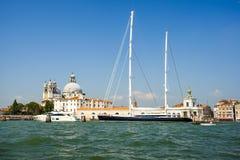 Πανί yahct στο μεγάλο κανάλι, Βενετία Στοκ φωτογραφίες με δικαίωμα ελεύθερης χρήσης