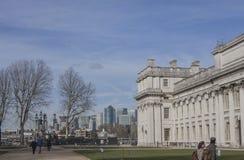Πανεπιστήμιο του Γκρήνουιτς - μια άποψη του Canary Wharf  μπλε ουρανοί στοκ εικόνες