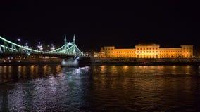 Πανεπιστήμιο Corvinus της Βουδαπέστης και της γέφυρας ελευθερίας απόθεμα βίντεο
