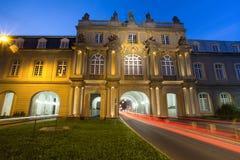 Πανεπιστημιακοί κτήριο και φωτεινοί σηματοδότες της Βόννης Γερμανία στο eveni Στοκ εικόνες με δικαίωμα ελεύθερης χρήσης