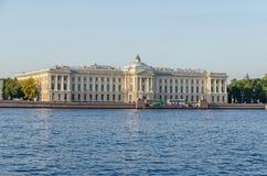 Πανεπιστημιακό ανάχωμα με τη ρωσική ακαδημία των τεχνών σε Άγιο Στοκ φωτογραφίες με δικαίωμα ελεύθερης χρήσης