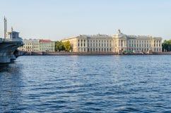 Πανεπιστημιακό ανάχωμα με τη ρωσική ακαδημία των τεχνών σε Άγιο Στοκ Φωτογραφίες