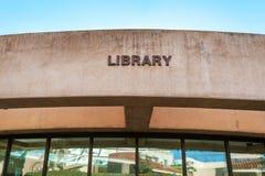 Πανεπιστημιακό κτήριο βιβλιοθηκών στοκ εικόνα